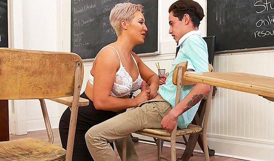 Зрелая преподавательница учит всему и сексу тоже