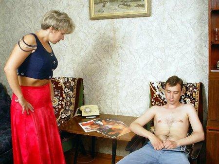 Мама спалила сына за дрочкой и соблазнив его занялась с ним сексом